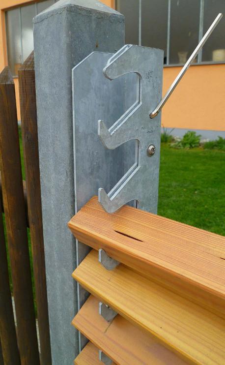 Der Sicherungsstift hält die Vorrichtung während der weiteren Montage auf Spannung.