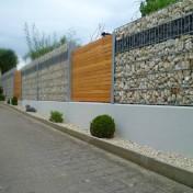Sichtschutz in Steinwand integriert (1)