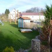 Spielhaus mit Zaun (1)